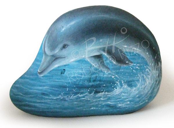 Sasso dipinto con delfino