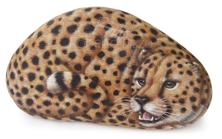 Ghepardo dipinto su sasso
