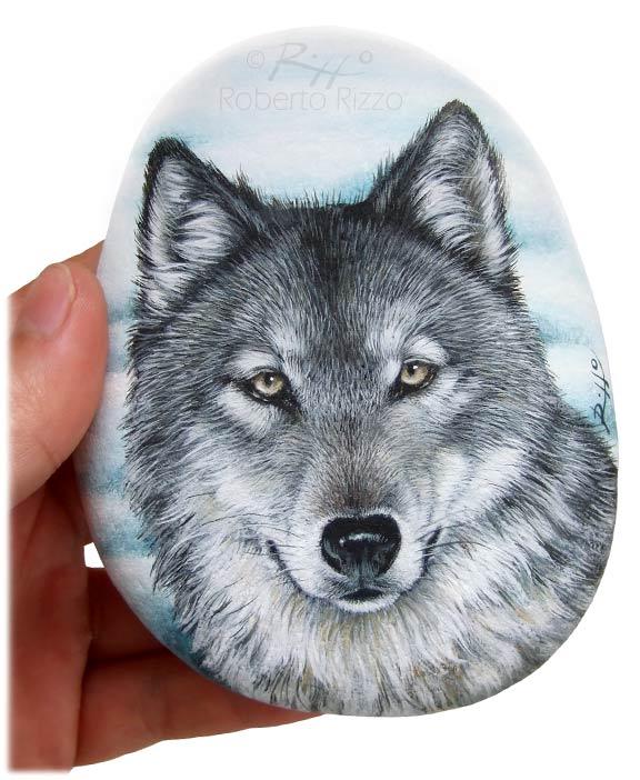 Sasso dipinto con lupo