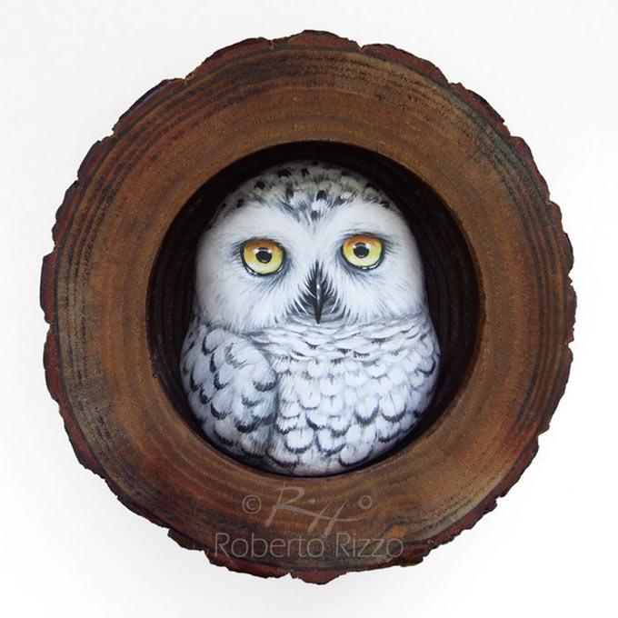 Tana con civetta delle nevi - legno, creta, acrilico - cm. 13