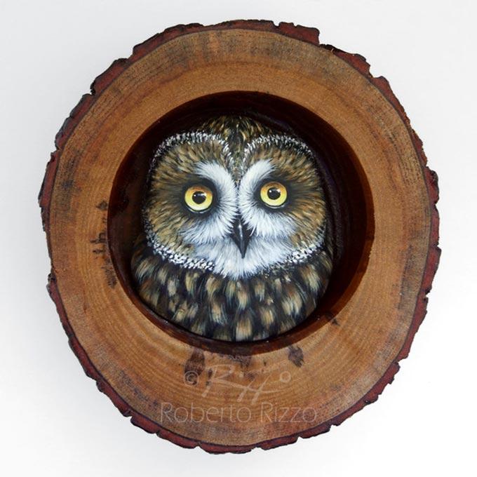 Tana con gufo di palude - legno, creta, acrilico - cm. 13